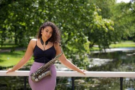 Saxofonist Romana de Meneges artiestenbureau Erwin Bakkum